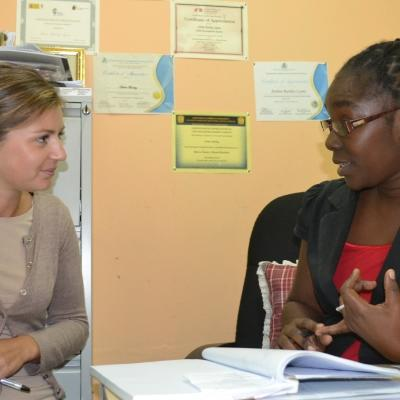 A student doing a Psychology internship in Jamaica with Projects Abroad talks to an experienced psychologist.